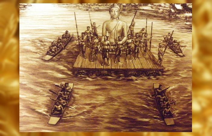 사진: 600여 년 전, 거대한 크기의 황금불상을 땟목에 태워 옮기는 모습을 그린 상상도. 수코타이 왕조가 만든 황금불상은 아유타야 왕조에 의해 옮겨졌고, 버마군이 침략하여 파괴를 저지를 때 황금불상은 살아남았다. [태국 황금불상 역사이야기]